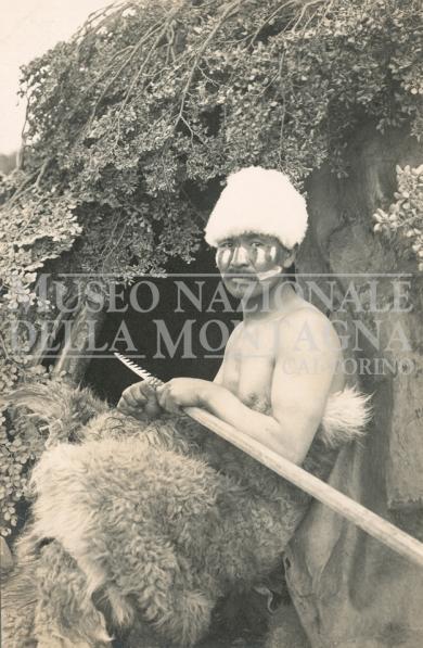 Uomo Selknam (Ona) davanti alla capanna Argentina, Patagonia, Terra del Fuoco, Isola Grande (1915 ca.) Gelatina bromuro d'argento : carta, 139 x 89